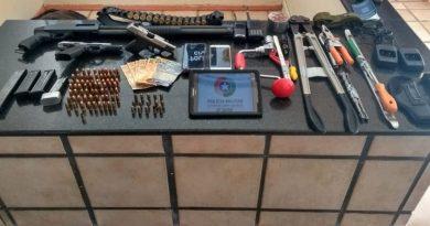 Suspeitos de aterrorizar ônibus de turismo durante roubo em Coronel Freitas são presos no litoral