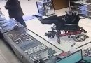 Vídeo – Cadeirante mudo segura arma com os pés, escreve bilhete e tenta assalto em Canela-RS