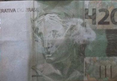 Golpista paga dívida de R$ 100 com nota de R$ 420 e ainda leva troco.
