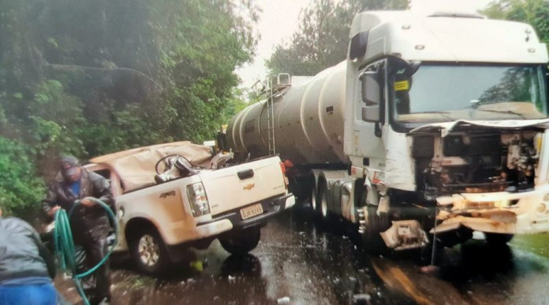 Grave acidente entre caminhonete e carreta é regisrado na BR-282